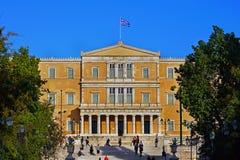 Athene, Griekenland - 06 Oktober, 2014 Mensen die in Syntagma lopen regelt met het Griekse Parlementsgebouw als achtergrond royalty-vrije stock foto's