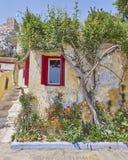 Athene Griekenland, schilderachtig huis in Anafiotika, een oude buurt onder akropolis Stock Fotografie