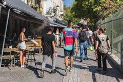 ATHENE, GRIEKENLAND - SEPTEMBER 17, 2018: De toeristen lopen overvolle weg voorbij koffie en herinneringswinkels in Monastiraki,  stock afbeelding