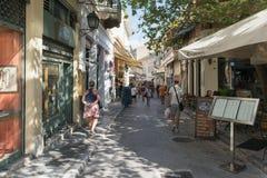 Athene, Griekenland 13 September 2015 Monastiraki beroemde lokale straat met toeristen die en van Griekenland genieten winkelen Royalty-vrije Stock Foto