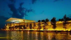 Athene, Griekenland 10 September 2017 Mooie nachtmening van de moderne bouw van Stavros Niarchos stock footage