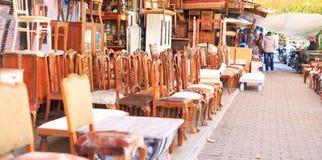 Athene, Griekenland Uitstekende stoeleninzameling in Monastiraki, een openluchtvlooienmarkt Royalty-vrije Stock Foto