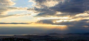 Athene, Griekenland Verbazingwekkende luchtmening van zonsondergang met donkere wolken Stock Fotografie