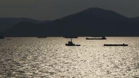 Athene Griekenland zoals die van een licht van de schipavond wordt gezien stock video