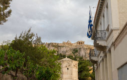 Athene, Plaka-districtsmening met vlag, Roman Agora en Akropolis Stock Fotografie