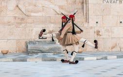 ATHENES, ΕΛΛΑΔΑΣ - 01 Μαρτίου: Evzones που αλλάζει τη φρουρά στο Τ Στοκ Φωτογραφία