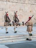 ATHENES, GRECIA - marzo, 01: Evzones que cambia al guardia en el T Fotografía de archivo libre de regalías