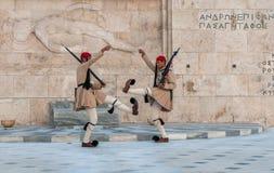 ATHENES GREKLAND - mars, 01: Evzones som ändrar vakten på Ten Royaltyfria Bilder