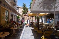 ATHENS-AUGUST 22 :显示待售传统希腊咖啡馆在Plaka地区2014年8月22日在雅典,希腊 库存照片