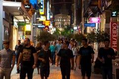 ATHENS-AUGUST 22: Ermou gata på natten i Plaka område, nära till den Monastiraki fyrkanten på Augusti 22, 2014 i Aten, Grekland Royaltyfria Foton