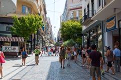 ATHENS-AUGUST 22: Shoppa på den Ermou gatan i morgonen på Augusti 22, 2014 i Aten, Grekland Arkivfoton