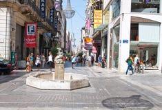 ATHENS-AUGUST 22: Shoppa på den Ermou gatan med folkmassan av kunder på Augusti 22, 2014 i Aten, Grekland Arkivfoton