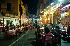 ATHENS-AUGUST 22: Ulica z różnorodnymi restauracjami i barami na Plaka terenie blisko Monastiraki kwadrata na Sierpień 22, 2014 w zdjęcie stock