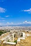 Athens cityscape och fördärvar på Acropoliskullen Arkivfoto