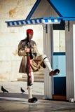 athens greece guard nära parlament Arkivbilder