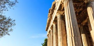 Athens Grekland Hephaestus tempel på bakgrund för blå himmel fotografering för bildbyråer