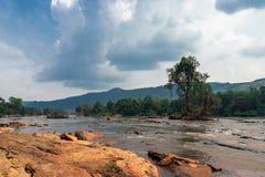 athirapally与山的瀑布水流量  免版税库存照片
