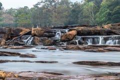 Athirappilly baja las caídas del agua de Athirapally ubicación del jpgentre Ayyampuzha, Aluva Taluk, distrito de Ernakulam y Ath fotos de archivo