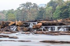 Athirappilly faller Athirapally vattennedgångar jpglägemellan Ayyampuzha, Aluva Taluk, Ernakulam område och Athirappilly Chal royaltyfri foto