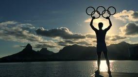 Athlète avec le coucher du soleil olympique Rio de Janeiro Brazil de Lagoa d'anneaux
