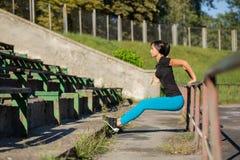 Athlète bronzé adorable de femme faisant la séance d'entraînement au stade L'espace pour le texte photo libre de droits