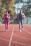 Athlète Couple Sprinting sur la voie courante photos libres de droits