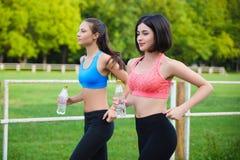 Athlète courant féminin Coureur de femme sprintant pour le mode de vie sain Photographie stock