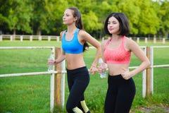 Athlète courant féminin Coureur de femme sprintant pour le mode de vie sain Photos libres de droits