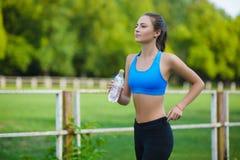 Athlète courant féminin Coureur de femme sprintant pour le mode de vie sain Image libre de droits