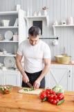 Athlète d'une cinquantaine d'années, salade de légumes de coupes de concombre et tomate Nourriture végétarienne images stock
