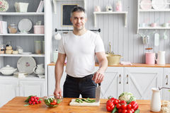Athlète d'une cinquantaine d'années, salade de légumes de coupes de concombre et tomate Nourriture végétarienne photos libres de droits