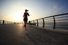 Athlète de coureur courant au bord de la mer Photo stock