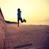 Athlète de coureur courant au bord de la mer Photographie stock