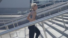Athlète de coureur courant sur des escaliers banque de vidéos