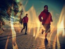 Athlète de coureur courant sur la route au lac Concept de forme physique d'homme photos libres de droits