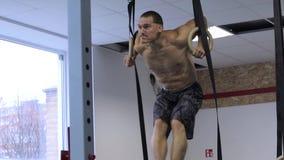 Athlète de CrossFit exécutant un muscle- d'anneau clips vidéos