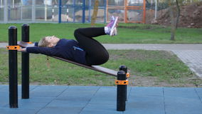 Athlète de femme faisant la hausse de jambe banque de vidéos