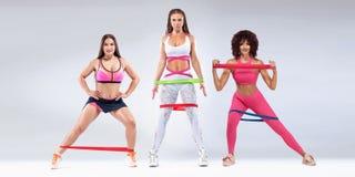 Athlète de femmes de forme physique avec les bandes ou l'extenseur Calibre, bannière o images libres de droits