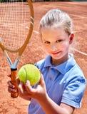 Athlète de fille de soeur avec la raquette et la boule Photo stock