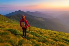 Athlète de fille observant le coucher du soleil Photographie stock libre de droits