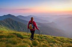 Athlète de fille observant le coucher du soleil Images stock