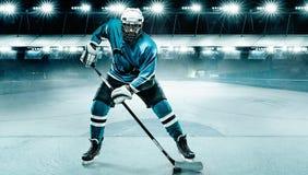 Athlète de joueur de hockey de glace dans le casque et gants sur le stade avec le bâton Tir d'action Concept de sport photos libres de droits
