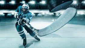 Athlète de joueur de hockey de glace dans le casque et gants sur le stade avec le bâton Tir d'action Concept de sport image libre de droits