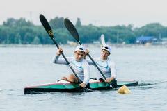 Athlète deux dans un kayak Image stock