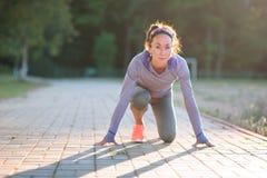Athlète en bonne santé de jeune femme d'ajustement attrayant commençant le fonctionnement à t image stock