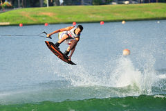 Athlète exécutant le cascade pendant le championnat inter national 2014 de Wakeboard de fac et d'école d'enseignement technique d Images stock