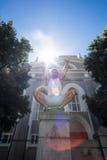Athlète extrême se tapissant sur le pilier et tenant des bras dans le ciel Photographie stock