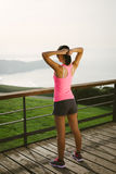 Athlète féminin étant prêt pour l'exercice Images stock