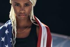 Athlète féminin avec le drapeau américain sur elle de retour images libres de droits