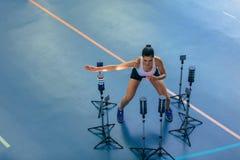 Athlète féminin avec le système visuel de stimulus au gymnase photographie stock
